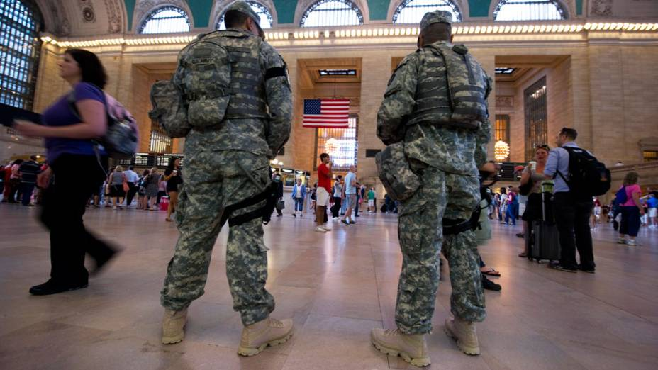 Oficiais do exército americano patrulham a principal estação de metrô em Nova York