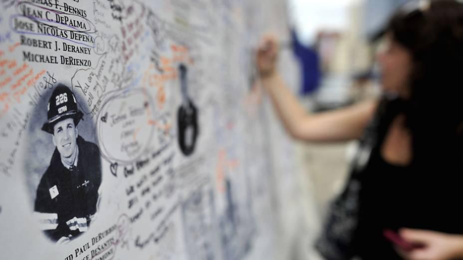 Pessoas deixam mensagens em painel com o nome das vítimas do 11 de Setembro de 2011, em Nova York