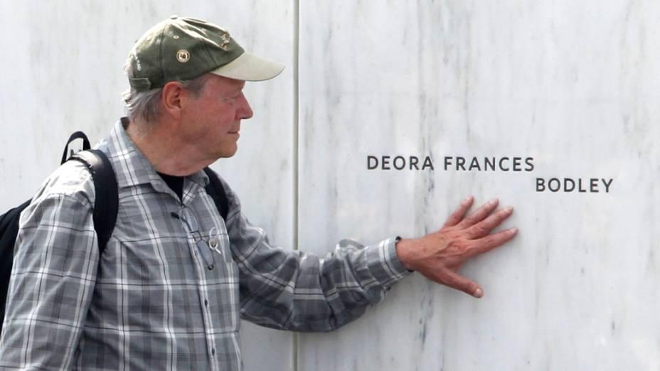 Homem toca o nome de Deora Frances Bodley, vítima do voo United 93, derrubado durante os atentados de 11 de Setembro. Em homenagem as vítimas do voo, foi inaugurado um memorial em Shankville, na Pensilvânia