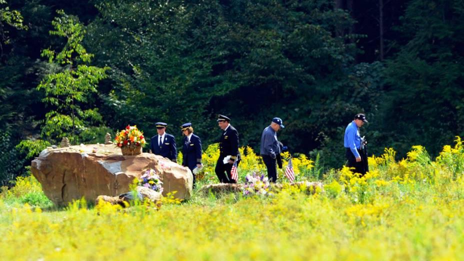 Familiares e amigos das vítimas do voo United 93, derrubado durante os atentados de 11 de Setembro, visitam memorial que marca o ponto da queda do avião em Shankville, na Pensilvânia