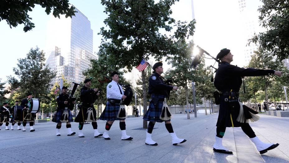 Banda marcial dos bombeiros de Nova York marcham pelo memorial as vítimas do 11 de Setembro, em Nova York