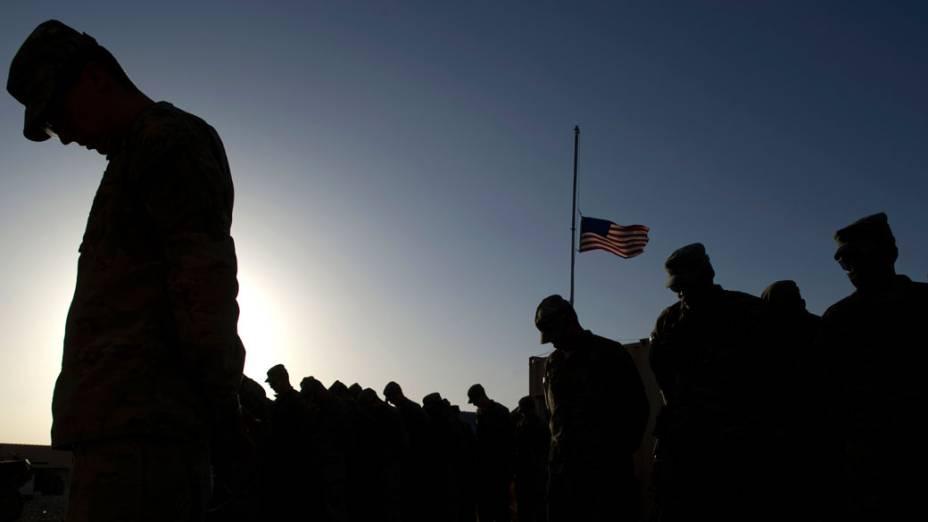 Militares fazem um minuto de silêncio, em homenagem as vítimas do 11 de Setembro, no Afeganistão