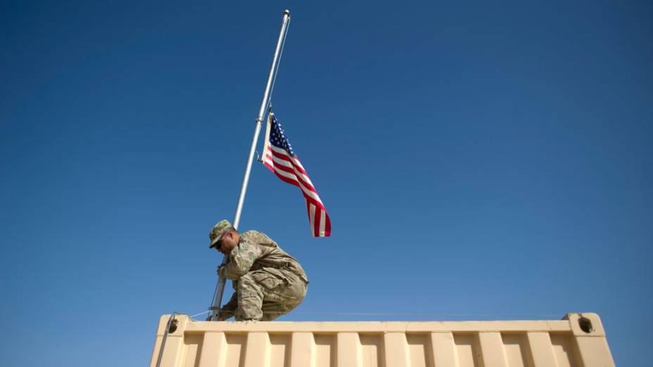 Militar americano no Afeganistão hasteia bandeira em lembrança as vítimas do 11 de Setembro