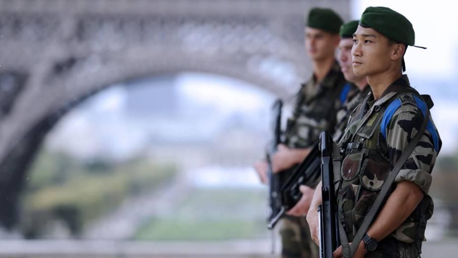 Soldados franceses patrulham a região da Torre Eiffel, em Paris. A segurança foi reforçada devido as homenagens aos 10 anos do 11 de Setembro