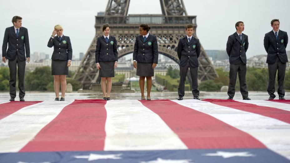 Oficiais estudantes posam em frente a bandeira gigante dos EUA, durante homenagem as vítimas do 11 de Setembro, em Paris