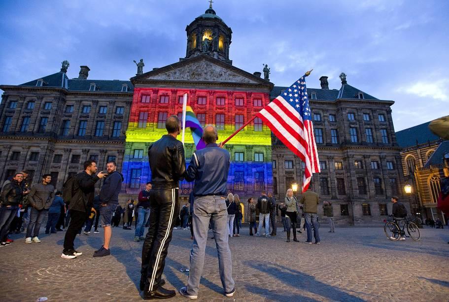 A bandeira multicolorida LGBT é projetada no Palácio Real de Amsterdã, em homenagem às vítimas do massacre da boate Pulse