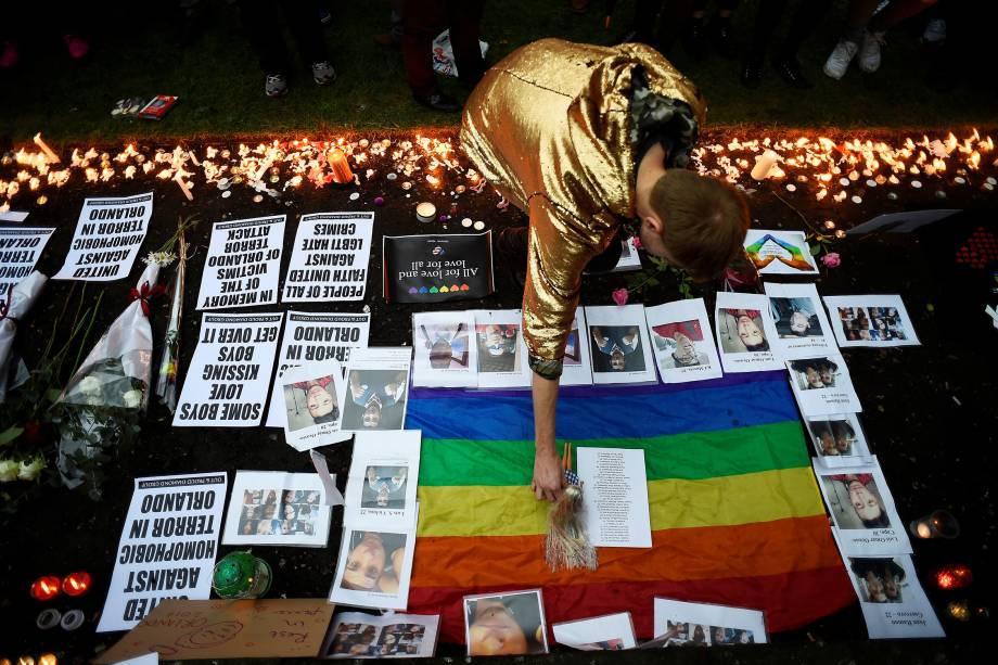 Homem presta homenagem às vítimas do massacre da boate Pulse, em frente à Igreja de Santa Ana, em Londres