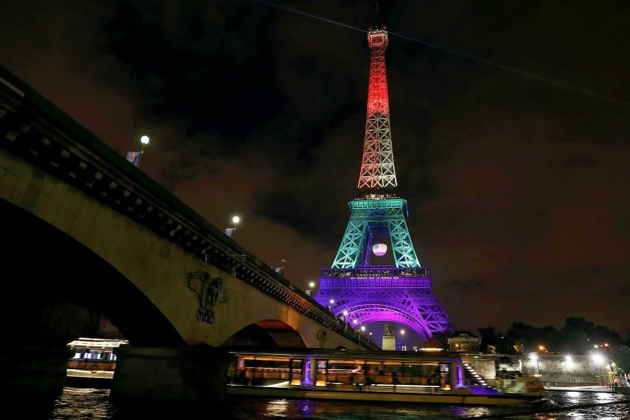 A Torre Eiffel é iluminada com as cores da bandeira LGBT, em homenagem às vítimas de Orlando, em Paris