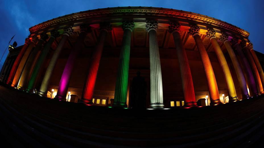 O edifício Saint Georges Hall, na cidade de Liverpool, é iluminado com as cores da bandeira LGBT em homenagem às vítimas de Orlando, na Inglaterra