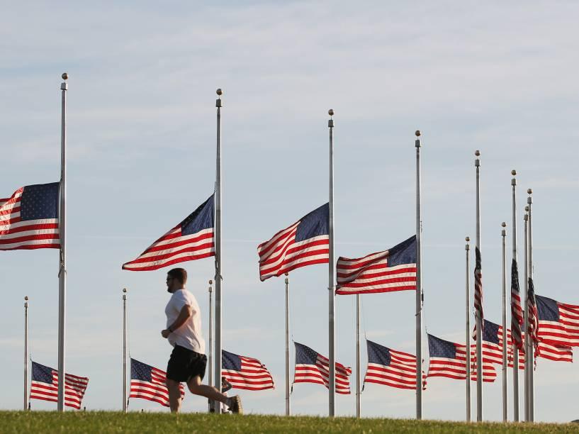 Bandeiras americanas foram hasteadas a meio mastro no Monumento a Washington, em homenagem às vítimas da boate Pulse
