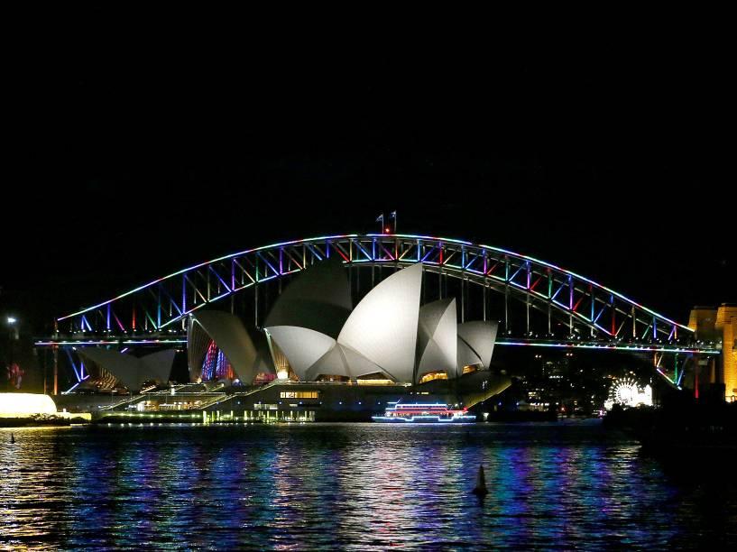 A ponte Harbour em Sydney, é iluminada com as cores do arco íris para homenagear as vítimas de Orlando, na Austrália