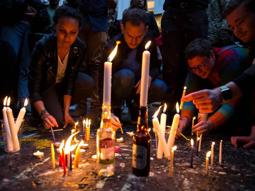 Pessoas acendem velas em homenagem às vítimas de Orlando, na rua Old Compton em Londres, Inglaterra