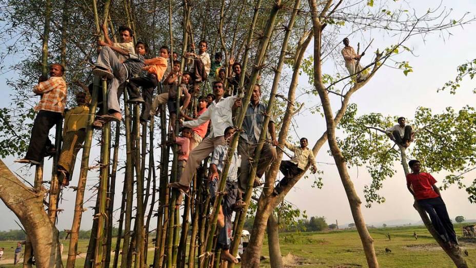 Em Guwahati, Índia, simpatizantes ouvem discurso do primeiro-ministro indiano Manmohan Singh