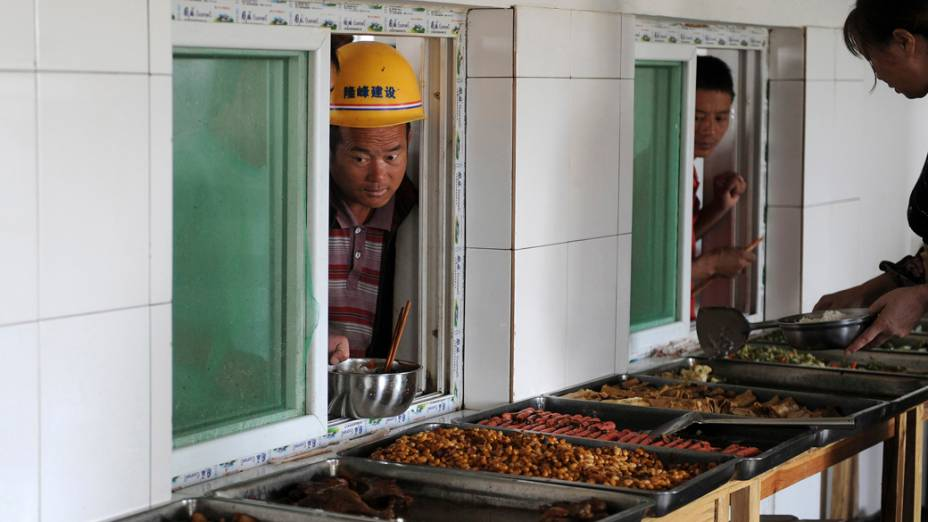 Trabalhadores no refeitório de uma construção residencial em Pequim, na China