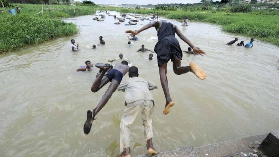 Marfinenses nadam no lago Ebrie, na cidade de Abidjan