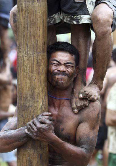 Em Jacarta, Indonésia, competição de escalada em troncos de palmeiras durante as comemorações do Dia da Independência