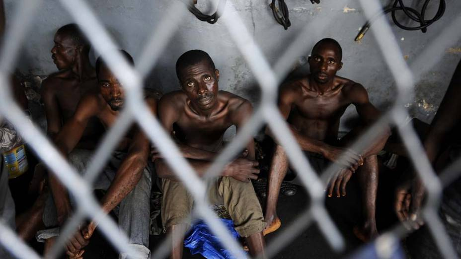 Homens presos pelos soldados de Alassane Quattara na cidade de Abidjan, Costa do Marfim