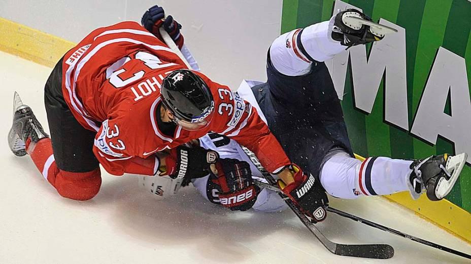 O canadense Marc Methot enfrenta o americano Kevin Shattenkirk durante partida de hóquei no gelo em Kosice, Eslováquia