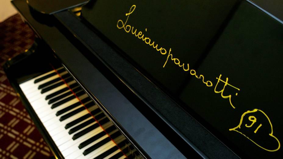 Piano, presente do tenor italiano Luciano Pavarotti, no restaurante do Hotel Ca'D'Oro, centro de São Paulo