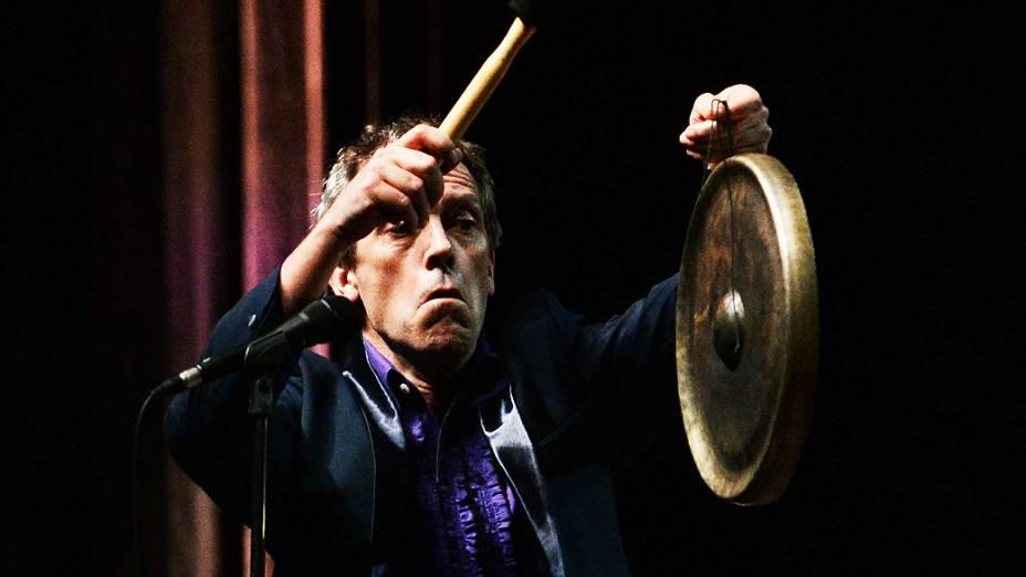 """O protagonista da série """"House"""", Hugh Laurie, cantou e tocou piano em apresentação no Citibank Hall, neste sábado (29)"""