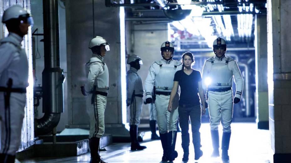 Katniss Everdeen (Jennifer Lawrence) se oferece como tributo nos sanguinolentos Jogos Vorazes para poupar a irmã, Prim, de apenas 12 anos