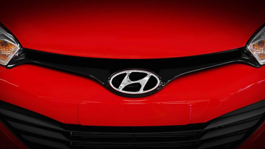 Vista frontal do novo Hyundai HB20 ressalta o emblema arredondado da marca coreana e a estreita grade dianteira