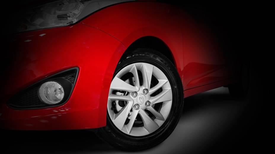 Imagem de detalhe do novo Hyundai HB20 exibe uma das rodas de liga leve de estilo exclusivo, parte do para-lama dianteiro e um dos faróis auxiliares