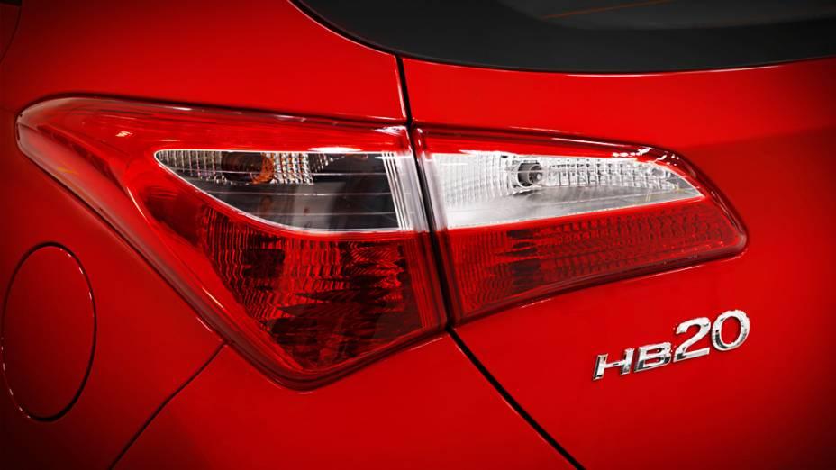 A traseira do novo Hyundai HB20 exibe lanternas com formas angulosas e o emblema com o nome do modelo fixado à tampa do porta-malas