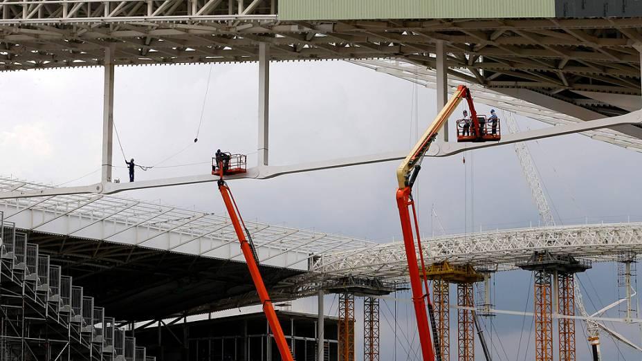 Obras continuam no estádio de abertura da Copa nesta terça-feira (01), menos nas arquibancadas temporárias do Itaquerão, que estão interditadas