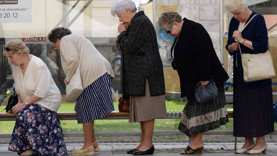 Mulheres em ponto de ônibus em Varsóvia, na Polônia