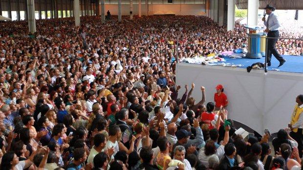 Inauguração da Igreja Mundial do Poder de Deus, em 1º de janeiro, causou caos na Via Dutra. Fieis ouvem o bispo Waldemiro Santiago.