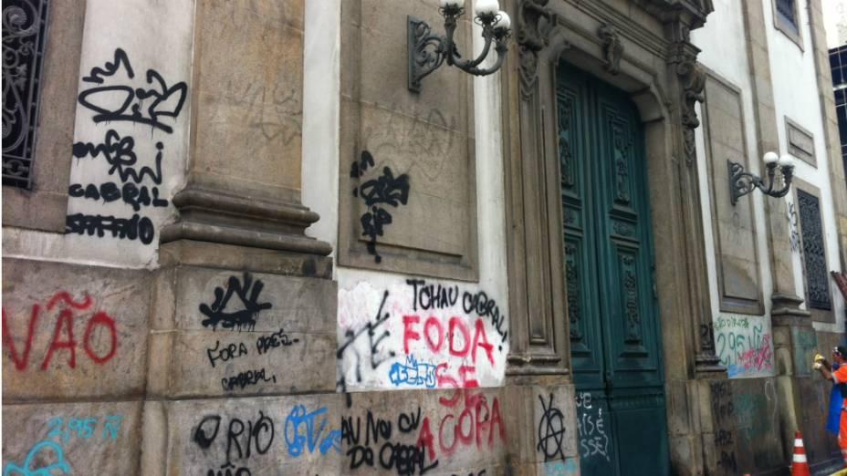 Funcionários da empresa de limpeza urbana do Rio tentam apagar as pichações na igreja São José