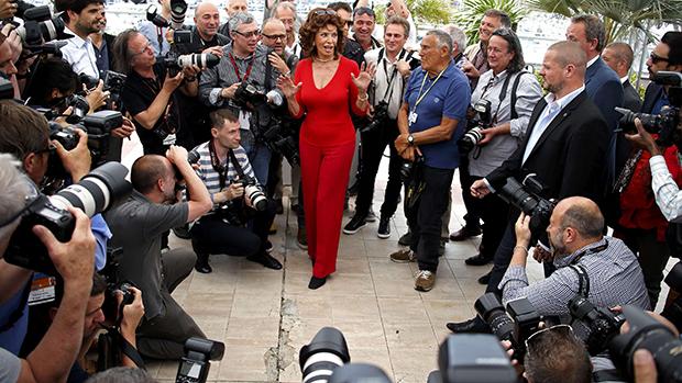 A atriz Sophia Loren posa para fotógrafos durante o Festival de Cannes, na França