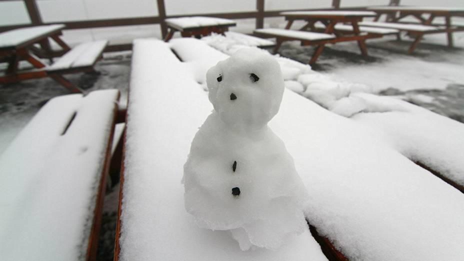 Após ter nevado a noite toda, boneco de neve foi feito na montanha Brocken, na cordilheira do Harz, na Alemanha