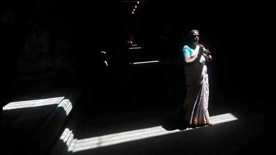Devota hindu reza durante cerimônia do festival Diwali, em Colombo, no Sri Lanka