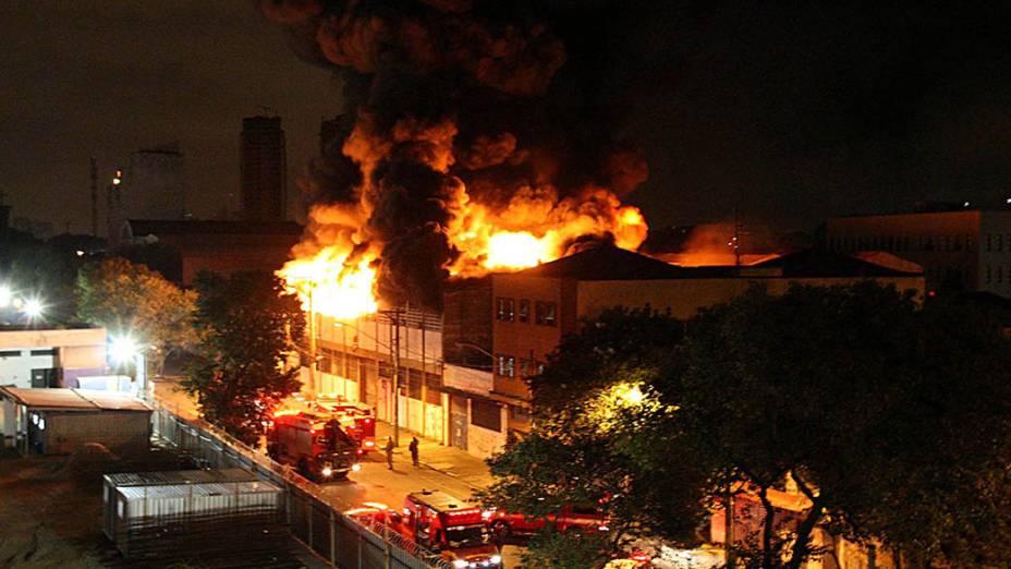 Incêndio atingiu, na manhã desta quarta-feira (22), um galpão no bairro de Santa Cecília, região central de São Paulo, onde funcionava uma confecção, um estúdio fotográfico e uma empresa de ferramentas