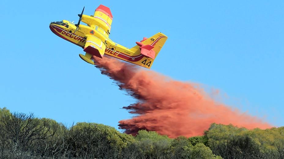 Avião combate fogo em floresta de Ajaccio, na França