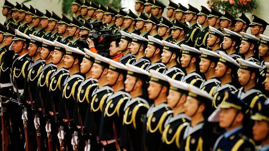 Membros da guarda de honra do exército chinês aguardam oinício da cerimônia de boas-vindas para o presidente do Paquistão Hussain em Pequim