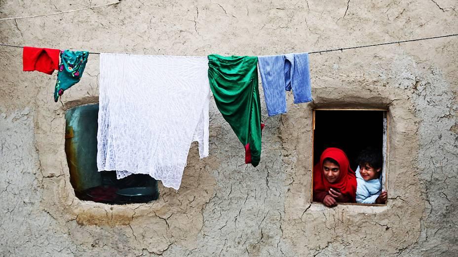 Crianças são fotografadas em favela da cidade de Kabul, no Paquistão