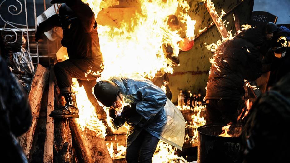 Manifestante pega fogo durante confrontos com a polícia, em Kiev, nesta quinta-feira (20)