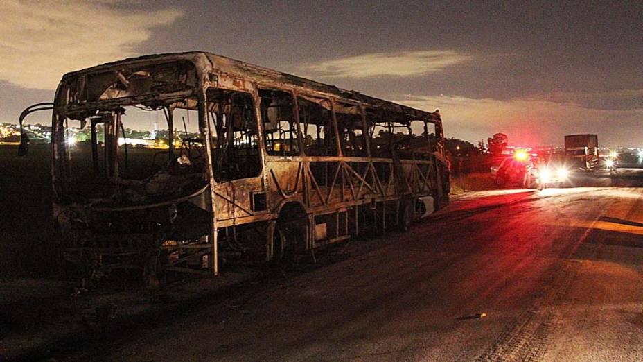 Manifestantes queimam ônibus, carros e caminhões em protesto contra a morte de dois adolescentes no bairro Miguel Badra em Suzano na grande São Paulo, SP, na madrugada desta quinta-feira (20)