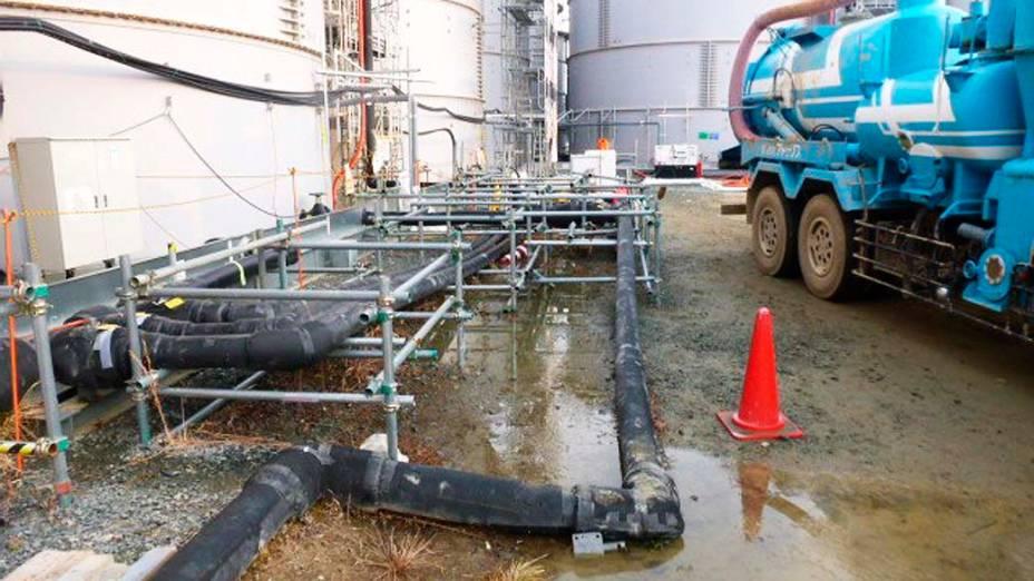 Água contaminada que vazou de tanque de armazenamento se acumula nesta quinta-feira (20) em área externa da usina nuclear de Fukushima, no Japão