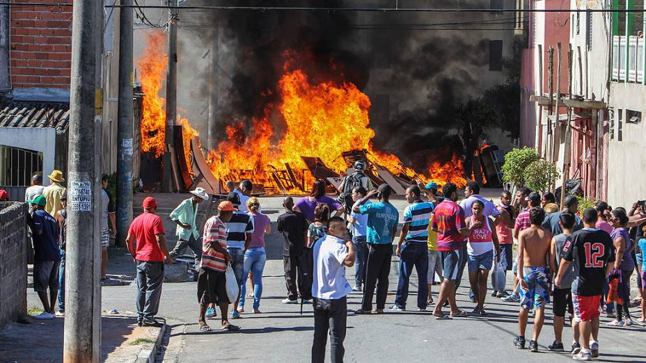 Policiais Militares entraram em choque com moradores durante reintegração de posse do Conjunto Residencial Caraguatatuba, em Itaquera, zona leste de São Paulo, nesta quinta-feira (20)