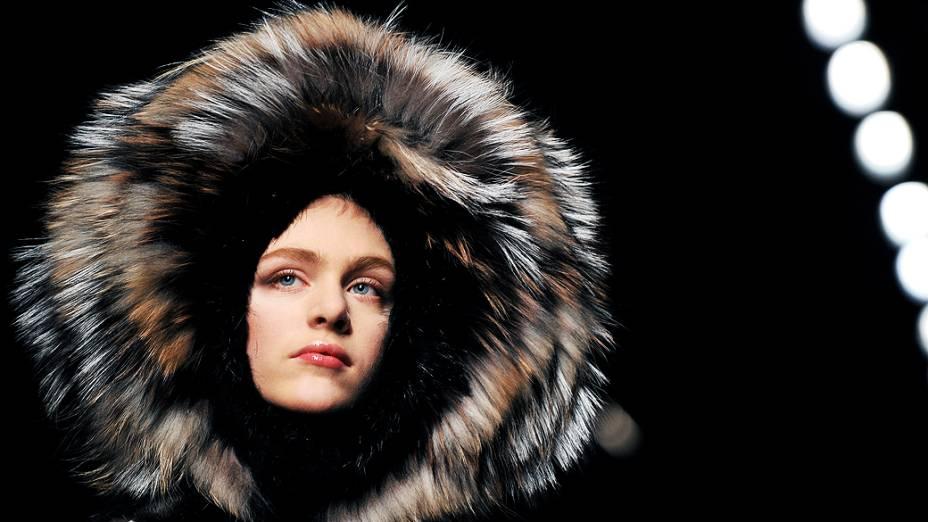 Modelo desfila criação da coleção Outono/Inverno da grifeFendi durante a Semana de Moda de Milão, realizada de 19 a 24 de fevereiro na Itália