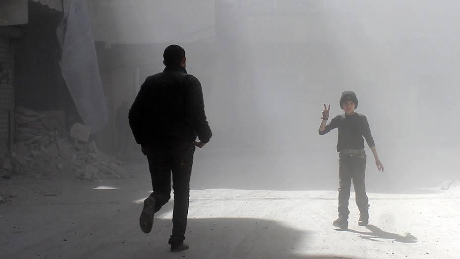Em Aleppo, criança faz sinal para fotógrafo durante conflitos na Síria