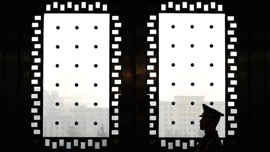 Guarda é visto dentro de um edifício de Pequim, na China