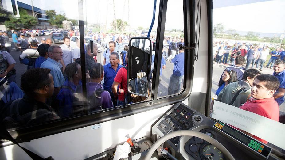 Motoristas e cobradores de ônibus da Viação Sambaíba, zona norte, entraram em greve para pedir o pagamento de horas extras e melhores condições de trabalho em uma das quatro garagens da empresa, na Vila Sabrina