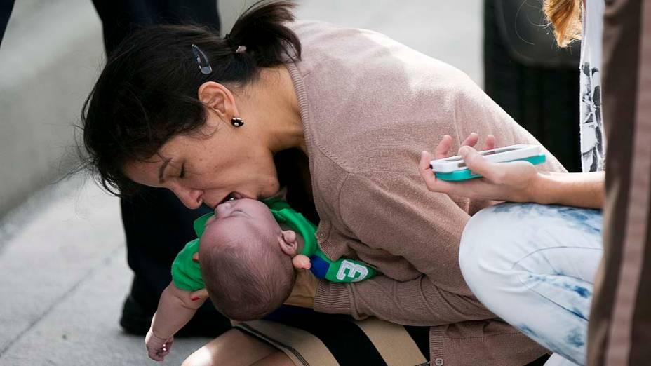 Mulher salva bebê de 5 meses durante engarrafamento. O bebê Sebastian, de apenas cinco meses, parou de respirar em uma estrada no estado da Flórida, na quinta-feira (21), Pamela Rauseo, 37 anos, tia da criança parou e gritou por socorro
