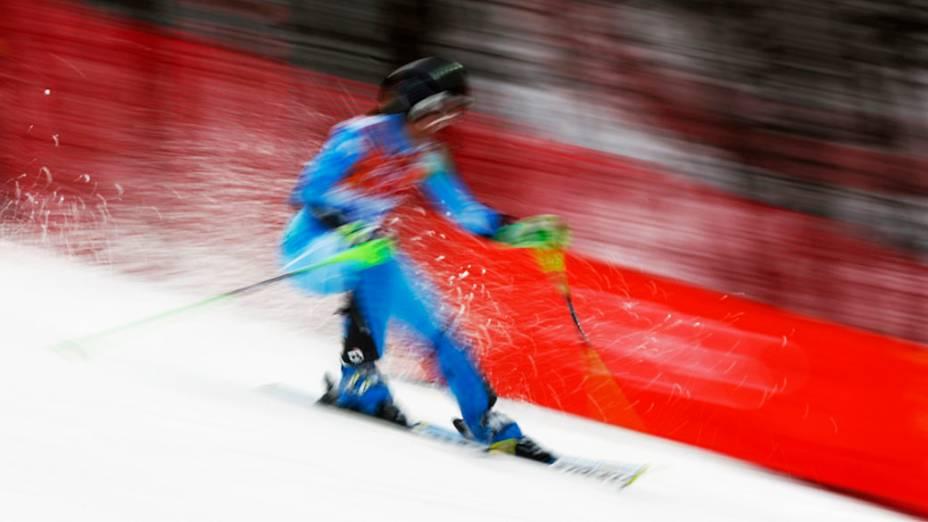 Tina Maze, da Eslovênia, compete no esqui alpino em Sochi