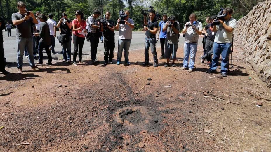 Policiais do grupo de Ações Táticas Especiais (GATE) realiza uma demonstração do potencial incendiário encontrado com artefatos apreendidos com dois manifestantes do Black Bloc